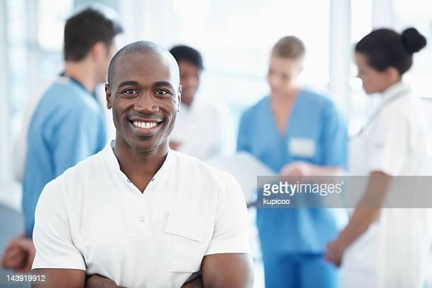 Enfermero con el equipo médico en el fondo