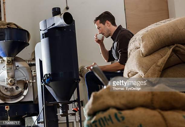 Männliche Besitzer eines Café Roastery