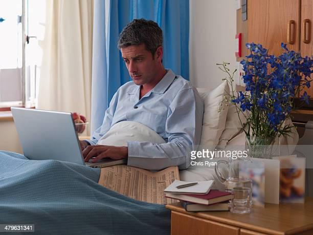 Männliche Patienten im Krankenhaus mit laptop