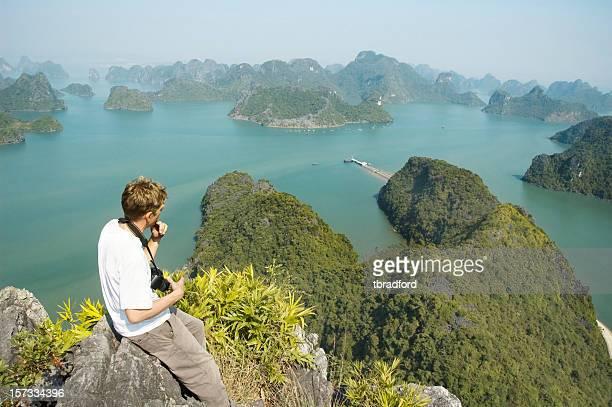 Männlichen Fotografen mit Blick auf einen wunderschönen Ausblick auf die Bucht von Halong