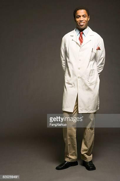 Männlichen Arzt auf schwarzem Hintergrund, Porträt