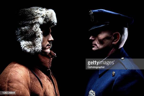 Officier de Police homme debout en face de jeune homme