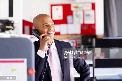 Maschio professionali al telefono In ufficio