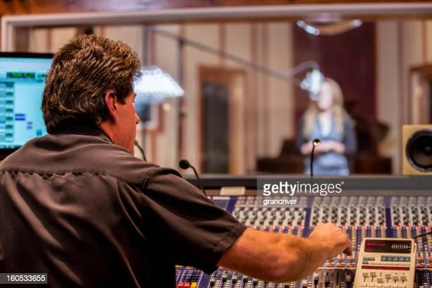 Homem gravação engenheiro e artista no Studio
