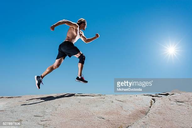 Uomo corsa su una roccia In montagna In granito