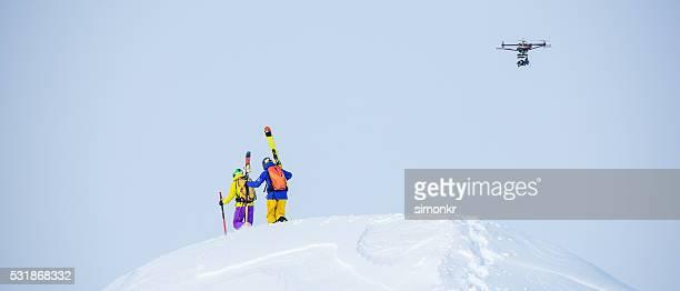 Männliche Skifahrer gehen im Schnee