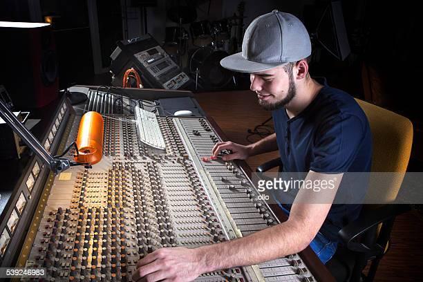 Männlich-Techniker mit einem studio mischen Schreibtisch
