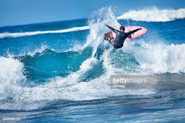 Mâle surf Surfer sur les vagues de l'océan Pacifique, sur l'île de Kauai, Hawaï