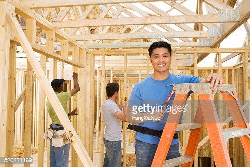 Homme volontaire à la maison de construction site, portrait