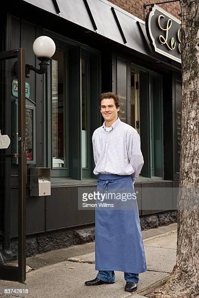 Männliche Kellner stehen vor dem restaurant