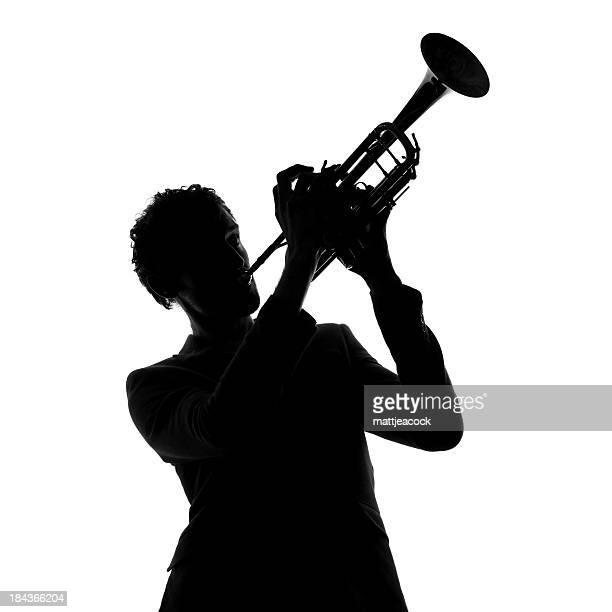 Homme silhouette avec la trompette