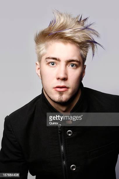 Homme avec des cheveux blonds sur gris