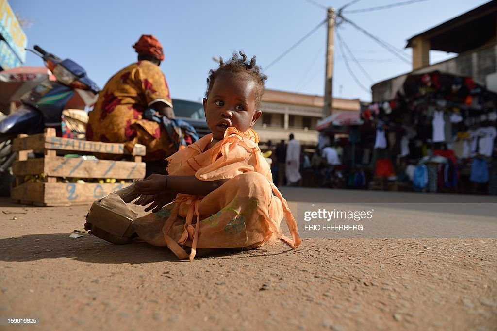 A Malian baby plays in a street of Bamako on January 17, 2013. EU foreign ministers agreed today to send military trainers for Mali's embattled army while funding an African-led intervention force and offering fresh help to France to fend off an Islamist rebel offensive. AFP PHOTO ERIC FEFERBERG