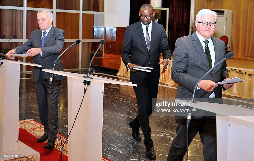 Malian Foreign minister Abdoulaye Diop (C) French Foreign minister Jean-Marc Ayrault (L) and German Foreign minister Frank-Walter Steinmeier (R) arrive for a joint press conference after a meeting at the presidential palace in Bamako on May 2, 2016, during a two-day visit of French and German Foreign ministers. / AFP / HABIBOU