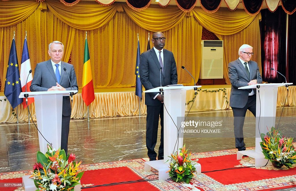Malian Foreign minister Abdoulaye Diop (C) French Foreign minister Jean-Marc Ayrault (L) and German Foreign minister Frank-Walter Steinmeier (R) hold a joint press conference after a meeting at the presidential palace in Bamako on May 2, 2016, during a two-day visit of French and German Foreign ministers. / AFP / HABIBOU