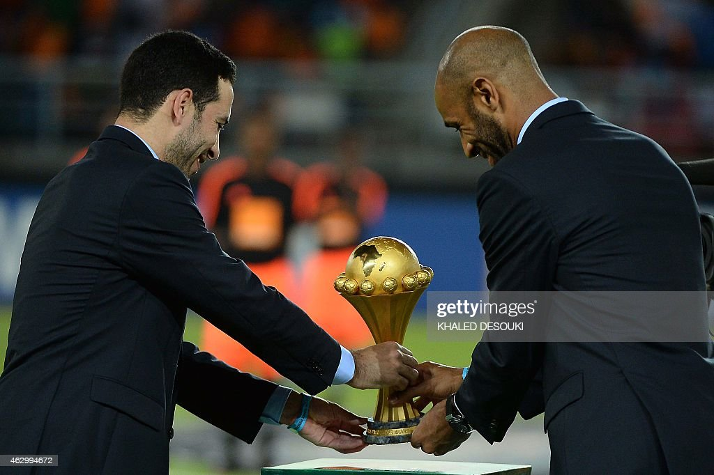 Malian forward <a gi-track='captionPersonalityLinkClicked' href=/galleries/search?phrase=Frederic+Kanoute&family=editorial&specificpeople=213590 ng-click='$event.stopPropagation()'>Frederic Kanoute</a> (R) and Egyptian midfielder <a gi-track='captionPersonalityLinkClicked' href=/galleries/search?phrase=Mohamed+Aboutrika&family=editorial&specificpeople=4081123 ng-click='$event.stopPropagation()'>Mohamed Aboutrika</a> deliver the 2015 African Cup of Nations trophy ahead of the final football match between Ivory Coast and Ghana in Bata on February 8, 2015. AFP PHOTO / KHALED DESOUKI