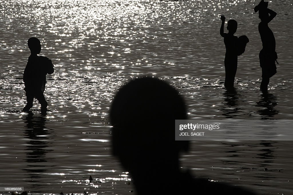 Malian people are crossing the Niger river to Gao on April 3, 2013