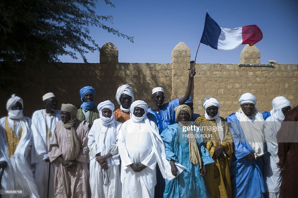 Malian people wait for the visit of French President on February 2, 2013 in Timbuktu. France's president Francois Hollande received a rapturous welcome today as he visited Mali to push for African troops to take over a French-led offensive that drove back Islamist rebels from the country's desert north. AFP PHOTO / FRED DUFOUR