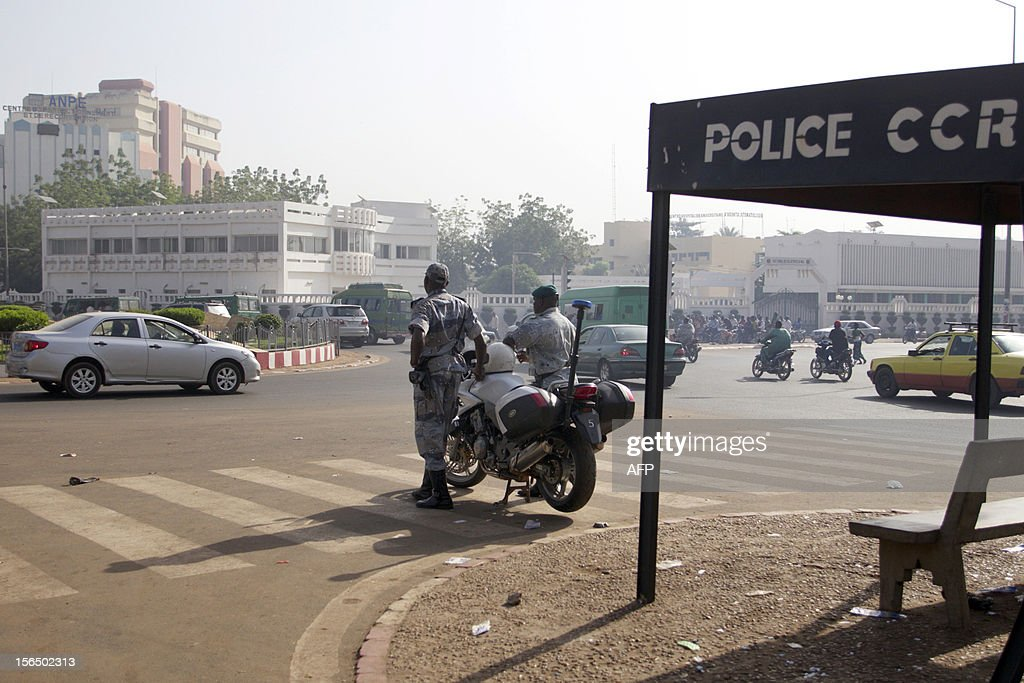 Malian policemen regulate traffic in Bamako on November 16, 2012. Three police officers were kidnapped on November 15 to protest against an array of controversial promotions.