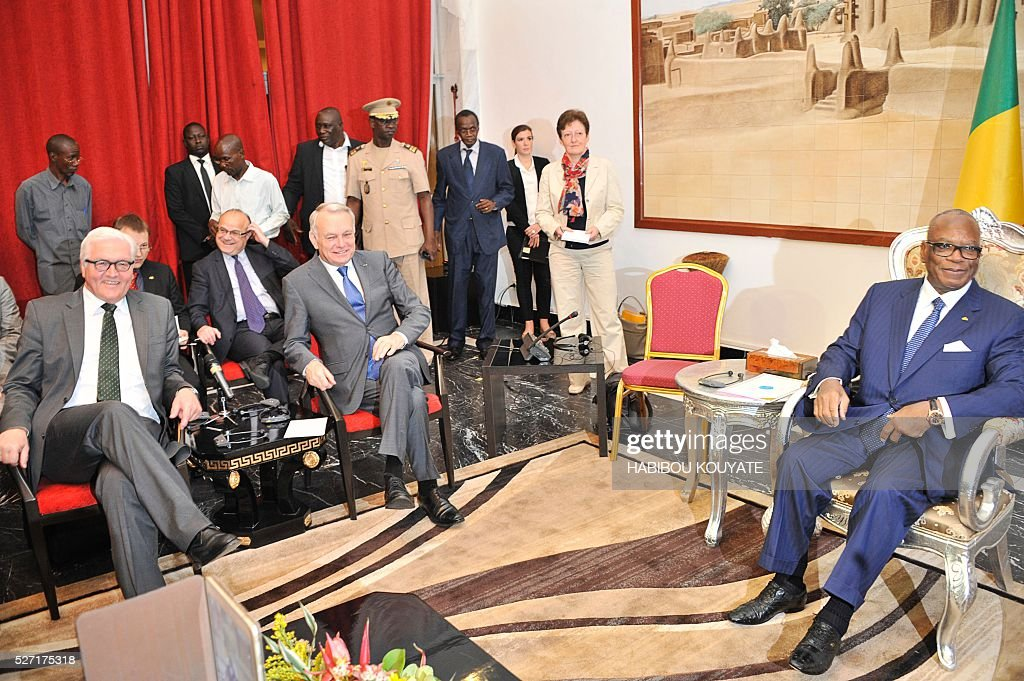 Malian President Ibrahim Boubacar Keita (R) meets French Foreign minister Jean-Marc Ayrault (C) and German Foreign minister Frank-Walter Steinmeier (L) at the presidential palace in Bamako on May 2, 2016, during a two-day visit of French and German Foreign ministers. / AFP / HABIBOU