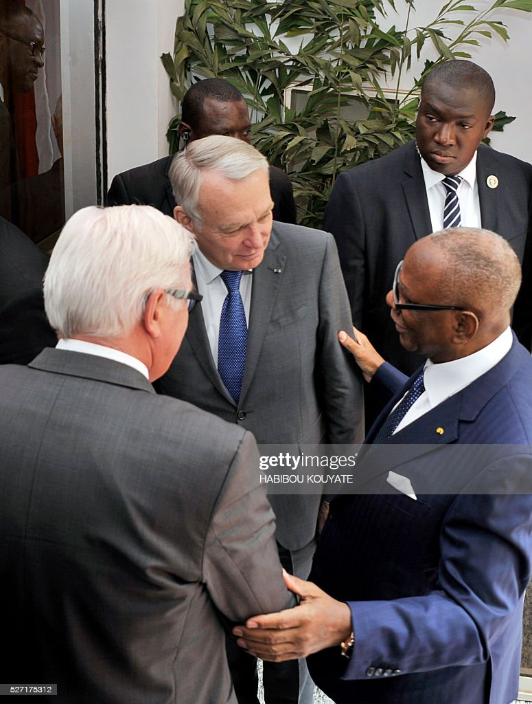 Malian President Ibrahim Boubacar Keita (R) speaks with French Foreign minister Jean-Marc Ayrault (C) and German Foreign minister Frank-Walter Steinmeier (L) after a meeting at the presidential palace in Bamako on May 2, 2016, during a two-day visit of French and German Foreign ministers. / AFP / HABIBOU