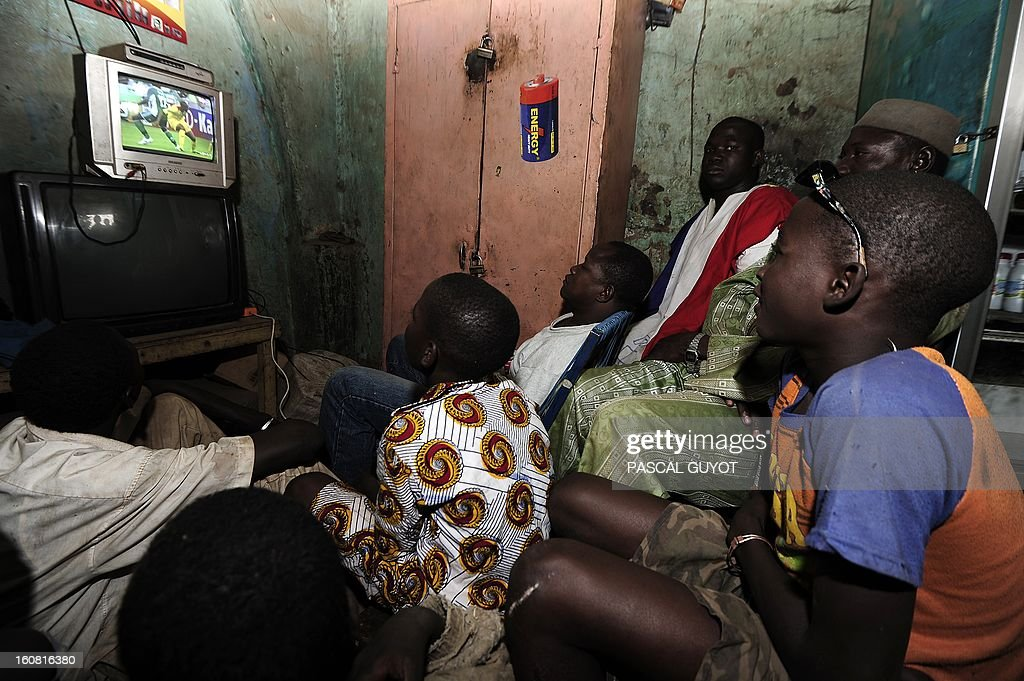 Malian supporters watch on February 6, 2013 on a television in the northern Malian city of Douentza a 2013 African Cup of Nations semi-final football match between Mali and Nigeria in Durban, South Africa. AFP PHOTO / PASCAL GUYOT