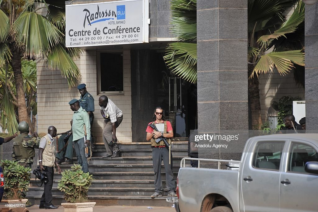 Malian troops take security measurements outside the Radisson Blu hotel in Bamako on November 20, 2015. Gunmen have taken 170 hostages and at least 20 people, including 18 hostages and two attackers have been killed in the siege of the Radisson Blu Hotel in the Malian capital of Bamako, Malian security officials said.
