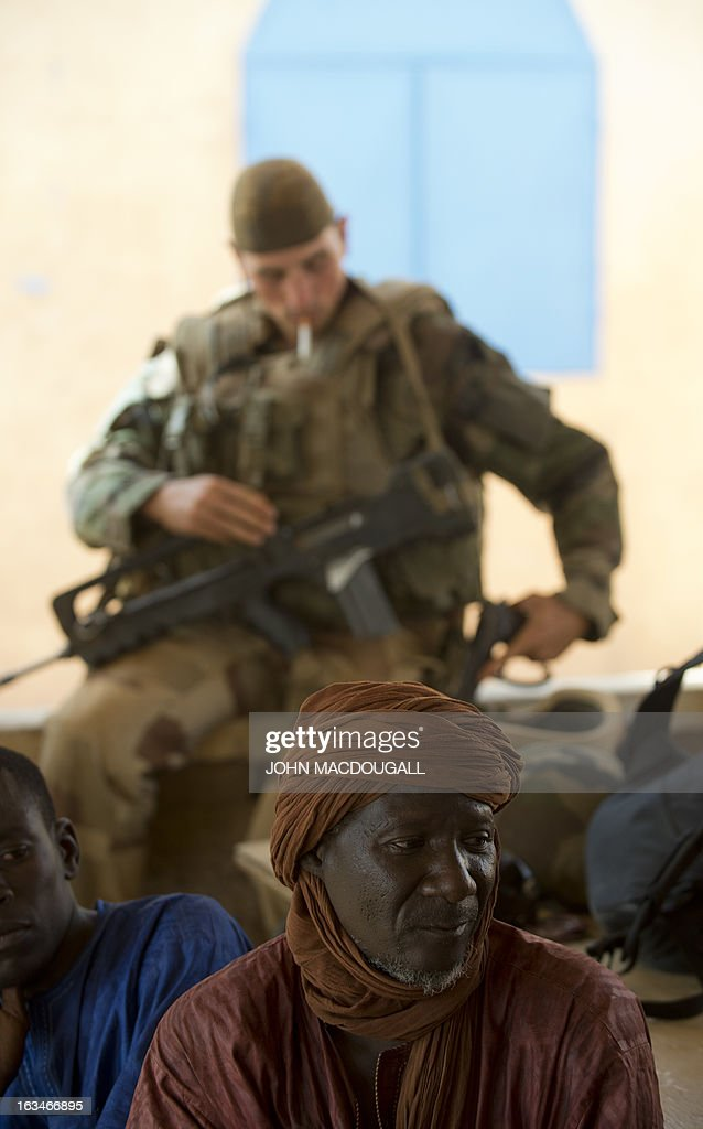 Malian village elder Mahaman Sadou speaks with French military officials to assess the situation, in the village of Amakouladj, some 40 kms north of Gao, on March 10, 2013. The French military, after wrestling with Islamic militants weeks ago in the northern Malian city of Gao, have started extending their reach to outlying villages. AFP PHOTO / JOHN MACDOUGALL