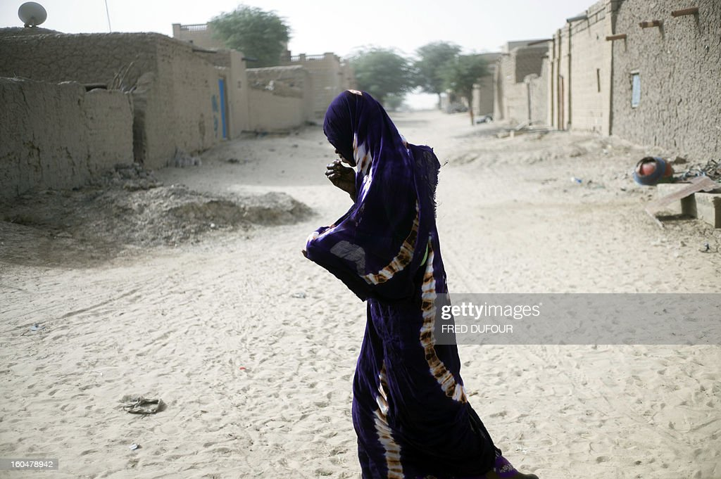 A Malian woman walks in a street of Tumbuktu, on February 1, 2013. The fabled desert city of Timbuktu, an ancient centre of Islamic learning, has been recaptured on January 28 by French-led forces in their offensive against Islamist rebels who have been occupying Mali's north since last April. AFP PHOTO / FRED DUFOUR