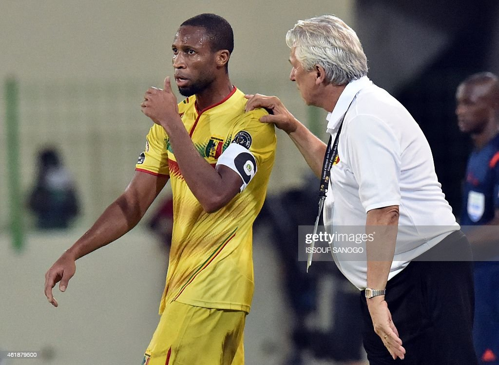 Mali's coach Henryk Kasperczak (R) speaks to Mali's midfielder Seydou Keita during the 2015 African Cup of Nations group D football match between Mali and Cameroon in Malabo on January 20, 2015.