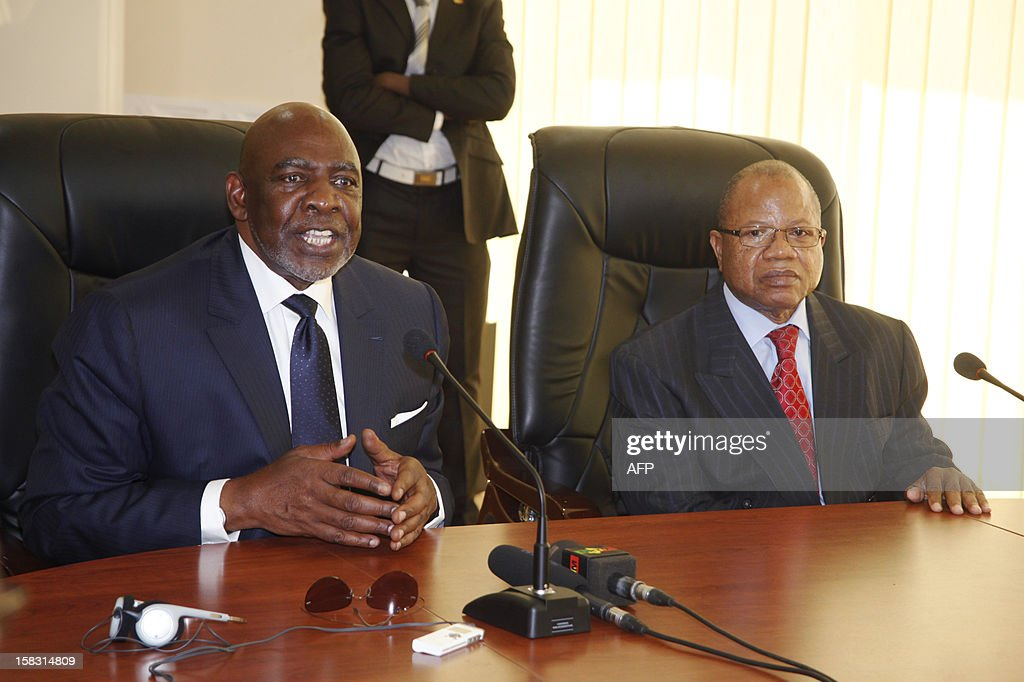 Mali's former premier Cheick Modibo Diarra (L) sits alongside his successor and replacement Prime Minister Diango Cissoko during a press conference dedicated to the official handover of power between the two, in Bamako, on December 13, 2012. Mali's former premier, who was strongarmed into resigning by an ex-junta, met his replacement Prime Minister Diango Cissoko today for an official handover of power in Bamako. Diarra has said his main priorities are organising elections and wresting back control of northern Mali from Islamic hardliners who have occupied it for eight months and imposed brutal sharia law on the population. AFP PHOTO / HABIB KOUYATE