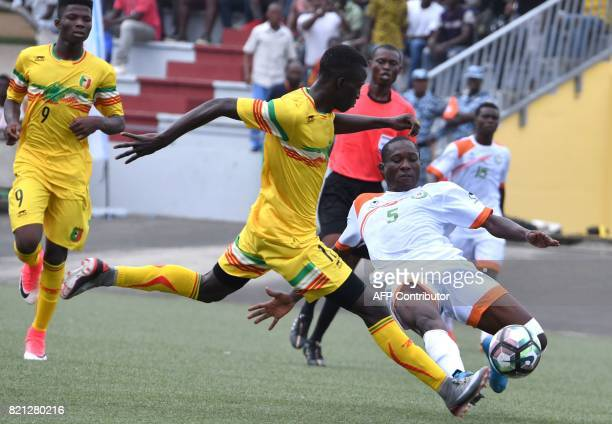 Mali's Ibrahim Kane vies with Niger's issaka Souleymane at the Palais des sports in Abidjan as they take part in the 8th Jeux de la Francophonie...