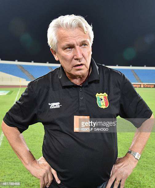 Mali's national football team's coach Henry Kasperzak leads his team's training session on January 19 2015 in Malabo stadium on the eve of the team's...