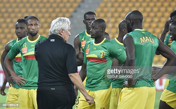 Mali's national football team's coach Henry Kasperzak speak to his players during a training session on January 19 2015 in Malabo stadium on the eve...