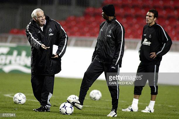 Mallorca coach Luis Aragones talks to Samuel Eto'o and Alejandro Campano Hernan during training in Copenhagen 05 November 2003 in preparation for...