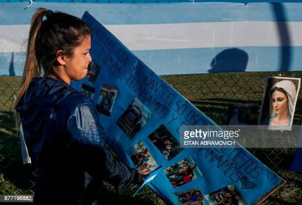 TOPSHOT Malvina Vallejos sister of missing submariner Celso Oscar Vallejos hangs a supportive message for the 44 crew members of Argentine missing...