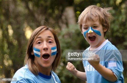 Mama e hijo gritando gol : Stock Photo