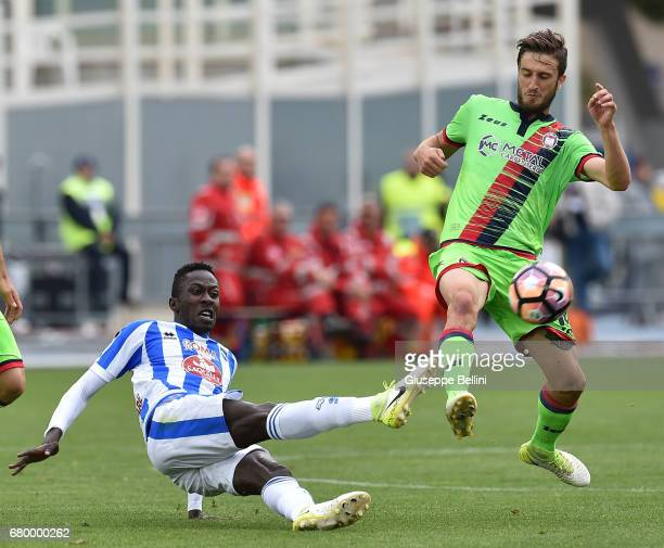 Mamadou Coulibaly of Pescara Calcio and Andrea Barberis of FC Crotone in action during the Serie A match between Pescara Calcio and FC Crotone at...