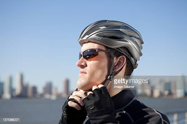Mann anpassen Fahrrad Helm Riemen