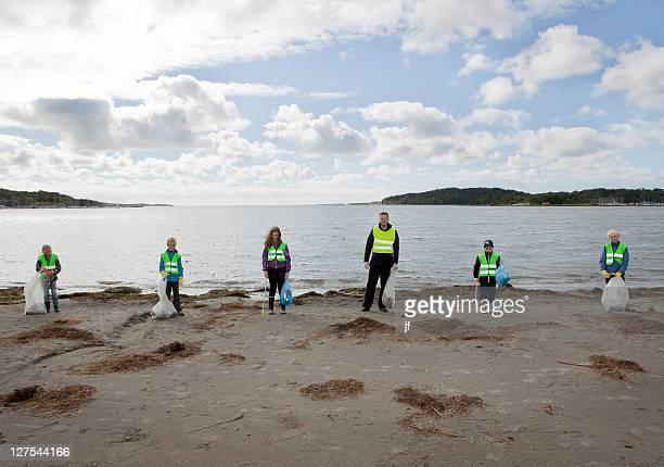 Homme et enfants nettoyage de la plage