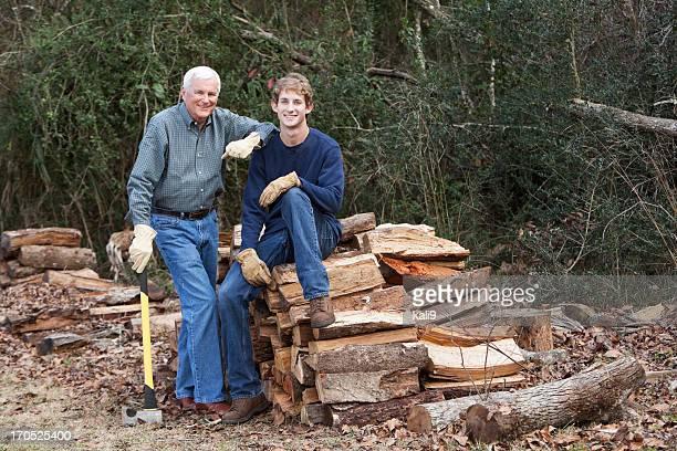 Mann und Enkel Hacken Brennholz