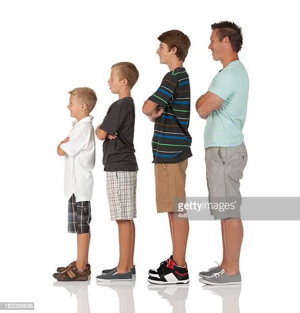 Mann und seine Kinder stehen in ansteigender Reihenfolge