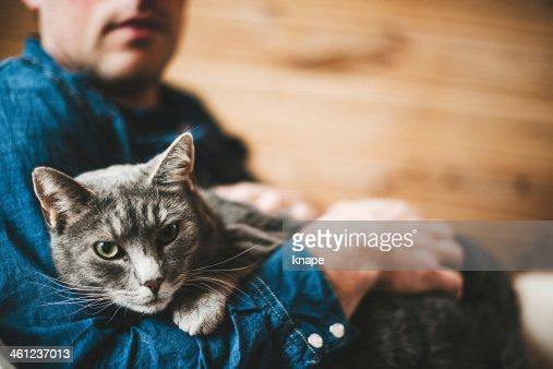 Hombre y su gato gris