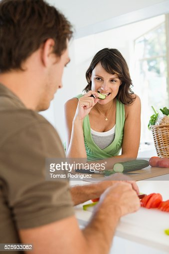 Man and pregnant woman cooking in kitchen : Bildbanksbilder