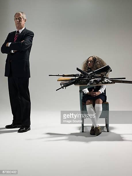 Homem e aluna com armas