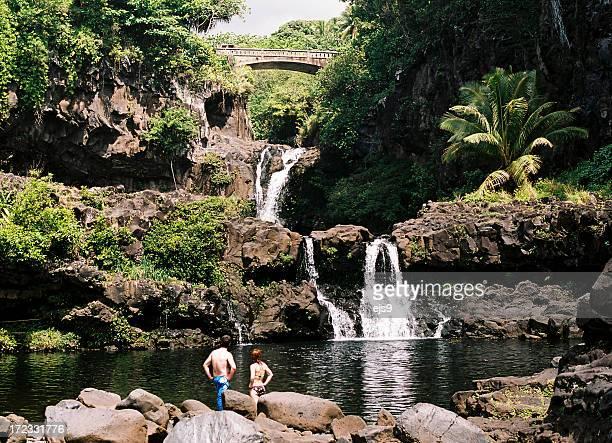 男性と女性でハナマウイ、ハワイの滝