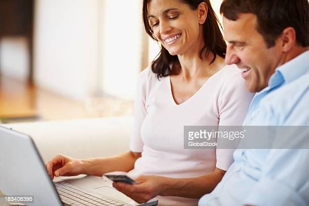 Heureux couple shopping en ligne