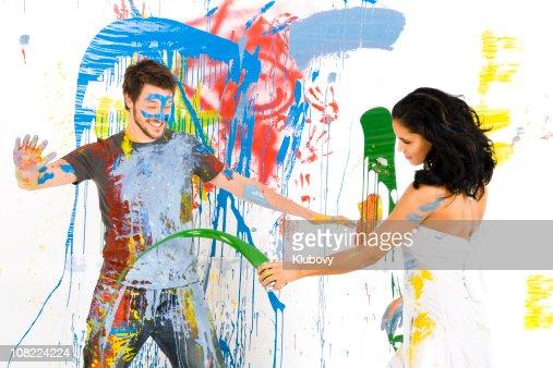 Hombre y mujer cubiertas de pintura