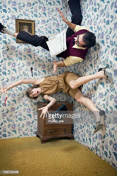 Homme et Femme tomber dans l'Air dans la salle de séjour
