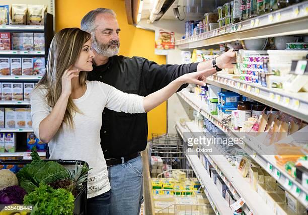 男性と女性の食料品ショッピング